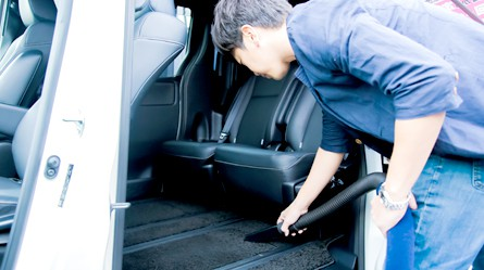 車内のゴミを一気に吸引する掃除機設置